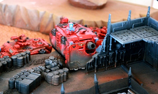 Vindicator in a nice cover position. Since the tank has a siege shield, it can also traverse the difficult terrain of the ruined industrial complex without hindrance.