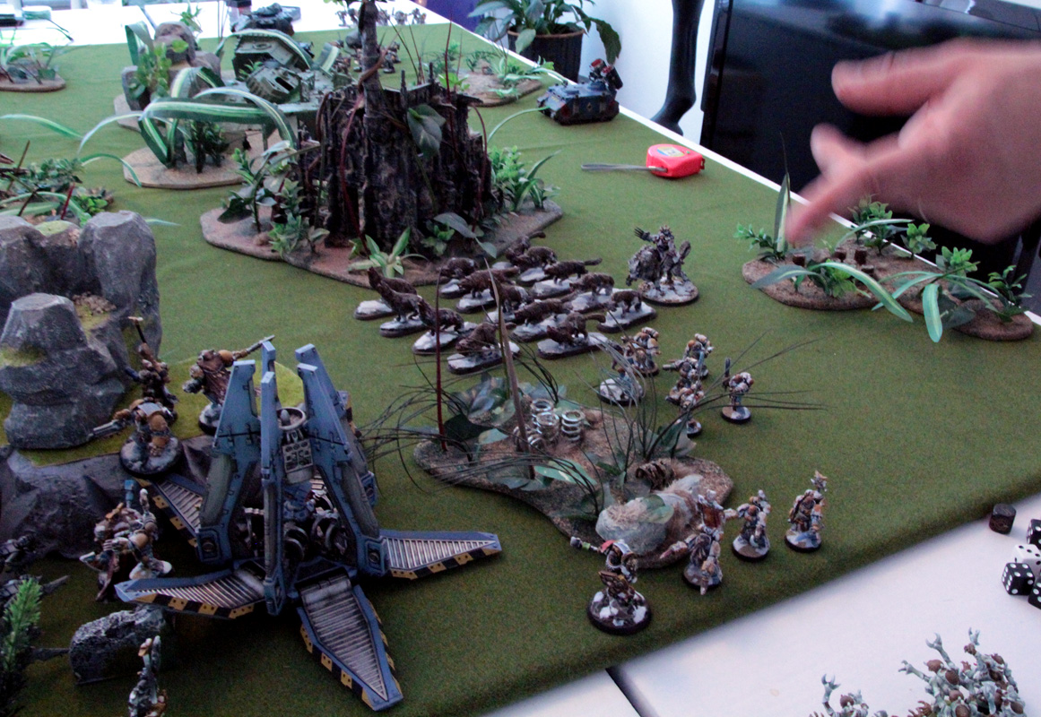 Fenrisian Wolves bark at the moon (the game begin with the Night Fighting rules applied for first game turn).